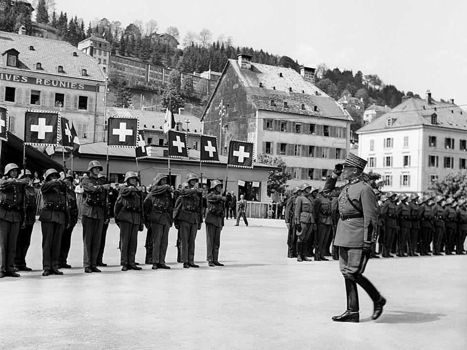 Qu'il est loin, le temps où le général Guisan faisait l'unanimité autour de lui. Ici au locle en 1941. [Keystone]