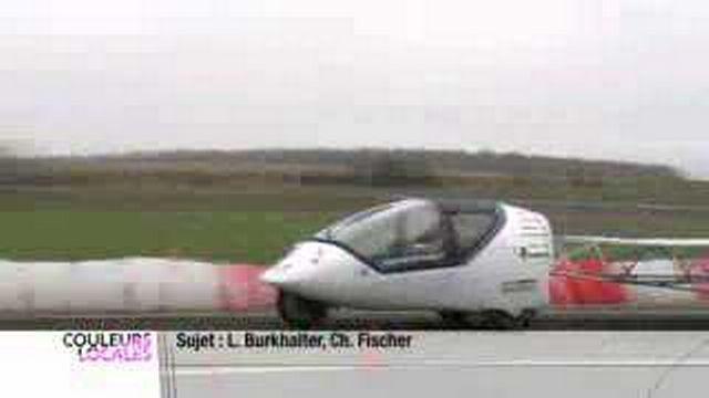 De jeunes ingénieurs suisses romands ont développé une voiture éolienne et solaire qui fera le tour du monde
