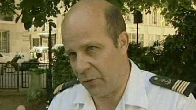 Le commandant Christophe Prazuck, porte-parole de l'état-major des armées françaises explique l'état des recherches de l'Airbus disparu dimanche – séquences choisies