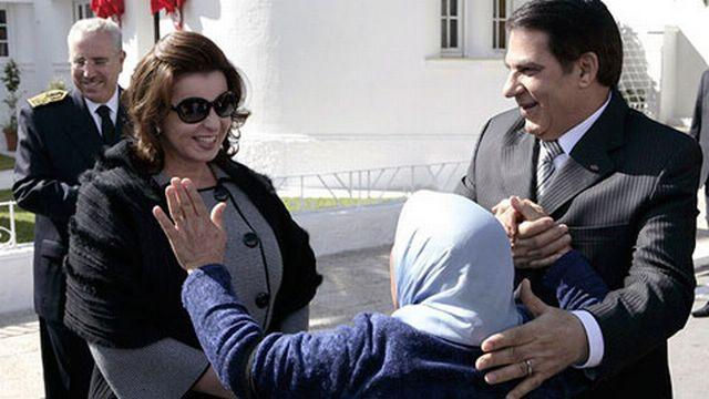 A.Ben Ali et sa femme Leila salués par une femme dans les rues de Tunis. [Reuters]