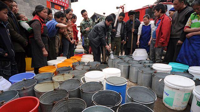 Distribution d'eau dans un village de la province de Guizhou, en Chine. [Reuters]