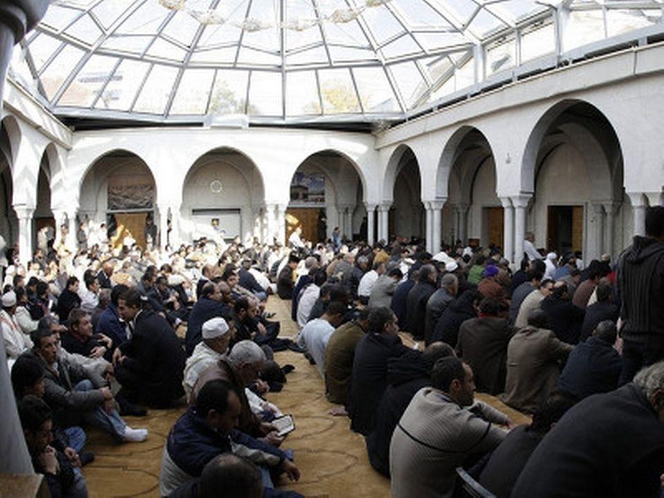 Des fidèles réunis dans la mosquée de Genève. [Keystone]