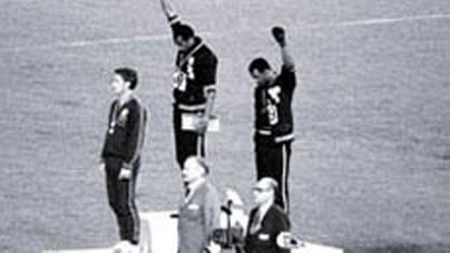 Tommie Smith et John Carlos sur le podium aux JO de Mexico en 1968