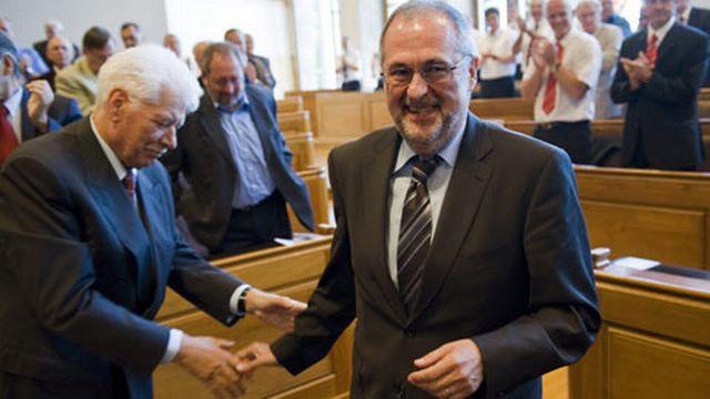 Peter Gilliéron (à droite) applaudi par les délégués de l'ASF. [Keystone]