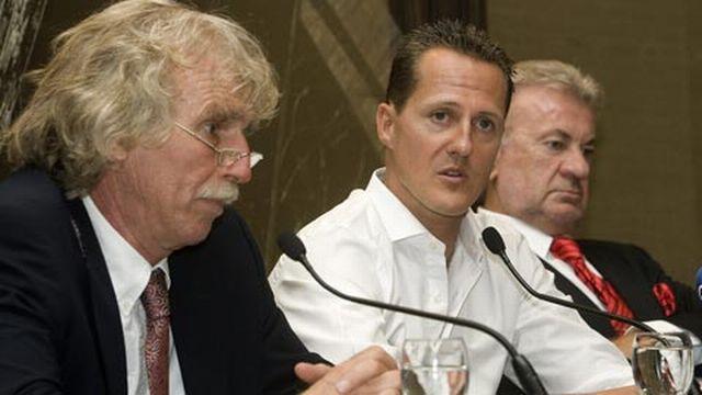 """Schumi"" entre son médecin (à g.) et son manager Willi Weber. [Keystone]"