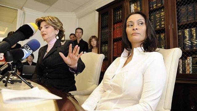 Charlotte Lewis en compagnie de son avocate Gloria Allred à Los Angeles. [Keystone]
