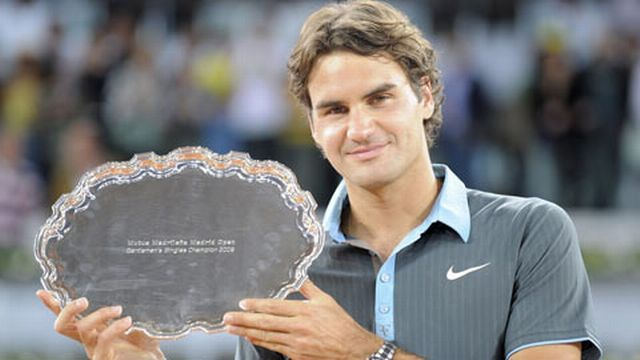 Federer peut enfin poser avec son premier trophée en 2009. [Keystone]