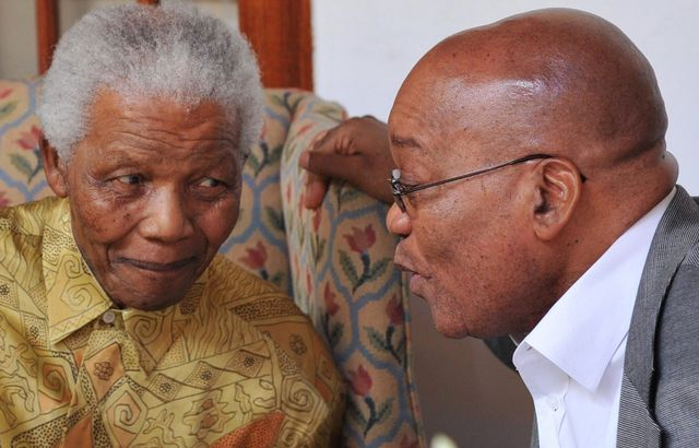 Mandela et Zuma, ancien et actuel présidents de l'Afrique du Sud [Keystone]