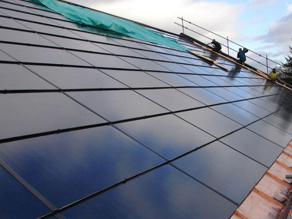 """L'installation du toit """"solaire"""" de la salle de gymnastique de Cartigny. [sun-power.ch]"""