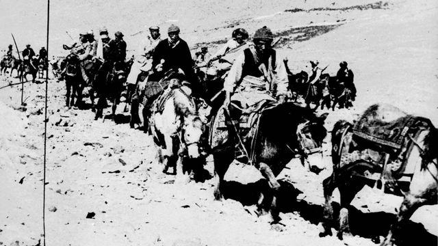 21 mars 1959 - le dalaï lama (monté sur le cheval blanc) au quatrième jour de sa fuite du Tibet. Parti le 17 mars, il arrivera en Inde le 31 mars. [Keystone]
