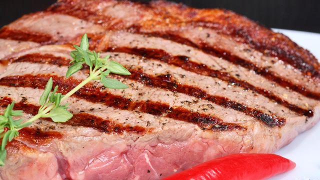 Vrai steak ou viande agglomérée? tranche viande [vladimir melnik ]