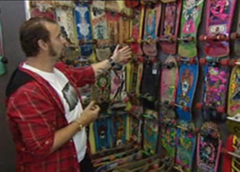 Jim Zbinden dans son magasin, musée dédié au skate