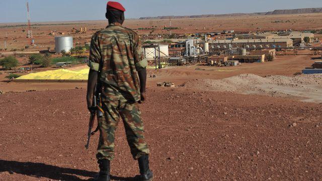 Soldat nigérien devant les mines d'uranium appartenant au consortium nucléaire français Areva où a eu lieu la prise d'otages du 16 septembre 2010. [Issouf Sanogo - AFP]