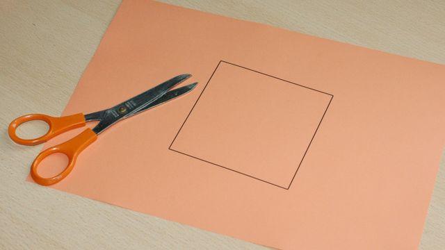 Plier la feuille de manière à découper le carré en un coup de ciseau rectiligne