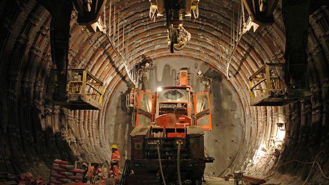 Travaux de percement dans le tunnel du Gothard. [AlpTransit Gottard SA]