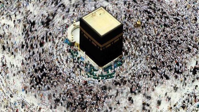 """Le """"cube"""" de Neuchâtel a créé la polémique par sa ressemblance avec la Ka'Ba, symbole de la Mecque. [keystone]"""