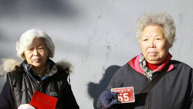 Deux femmes expropriées en lutte pour récupérer leurs droits. [Alain Arnaud - RTS]