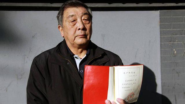 Zhou Qing Hua et son titre de propriété. [Alain Arnaud - RTS]