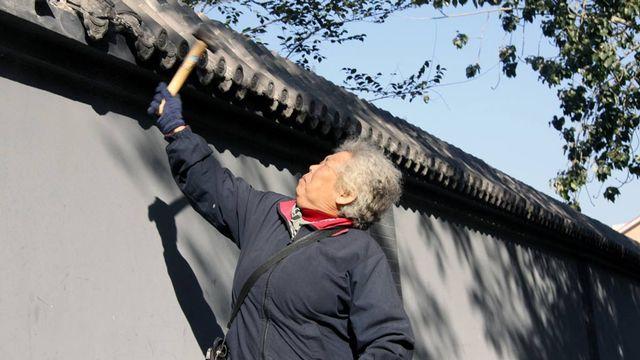Les marteaux des vieillards n'ont pas suffi à démolir le mur. L'acte était symbolique. [Alain Arnaud - RTS]