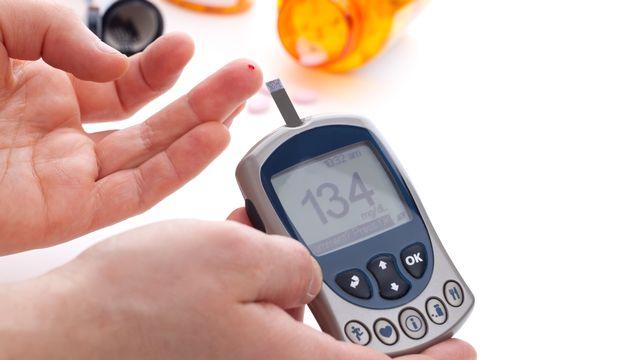 Un diabétique doit contrôler sa glycémie plusieurs fois par jour. [evgenyb - Fotolia]