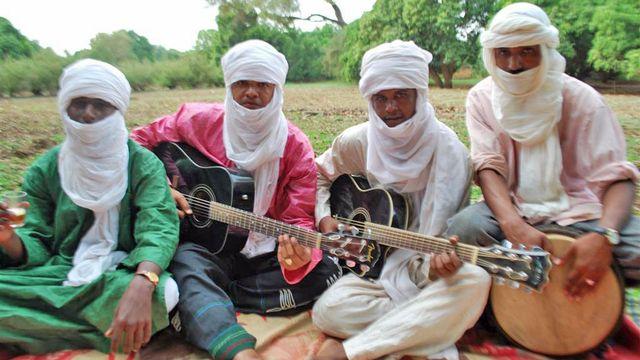 Le groupe de blues touareg Ikouss'Nassouf à Niamey. [Nicolas Vultier - RTS]