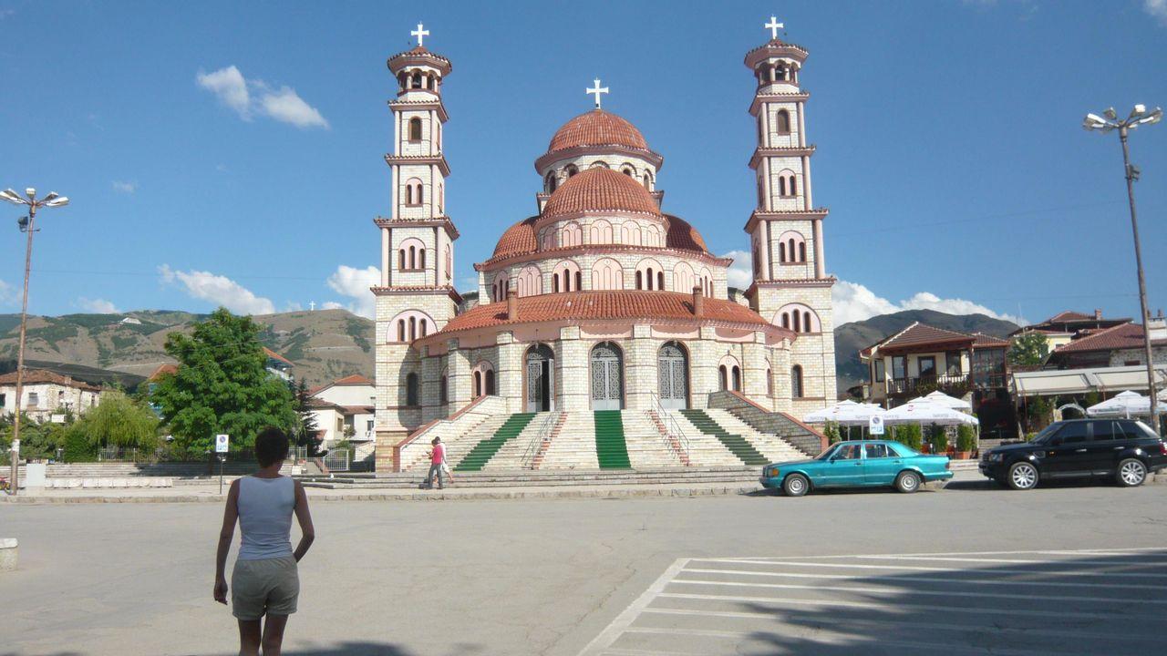 Après la chute du communisme, la religion a repris ses droits en Albanie... et une imposante église orthodoxe a été bâtie à Korça. [Frédéric Faux - RTS]