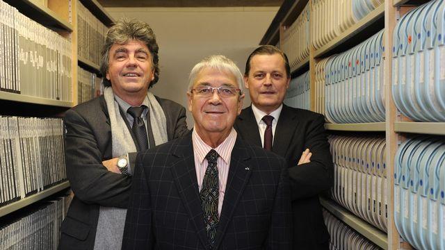 Patrick Aebischer, président de l'EPFL, Claude Nobs et Philippe Merk, directeur général d'Audemars Piguet, posent dans la salle des archives de Claude Nobs. [Christian Brun - Keystone]