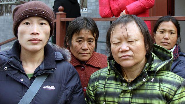 4 victimes du scandale du sang contaminé au virus du sida dans la province du Henan, dans les années 90. Elles sont toutes montées à Pékin pour tenter d'obtenir justice et réparation. [Alain Arnaud - RSR]