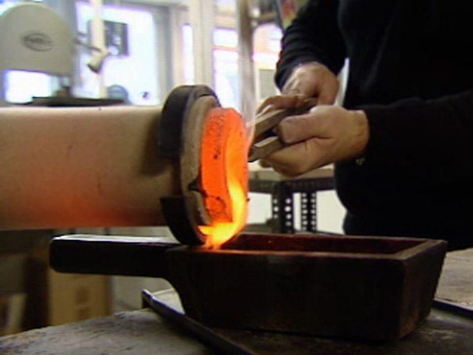 L'or à haute température est coulé dans le moule