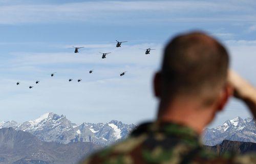 Hélicoptères de l'armée suisse durant un spectacle aérien.