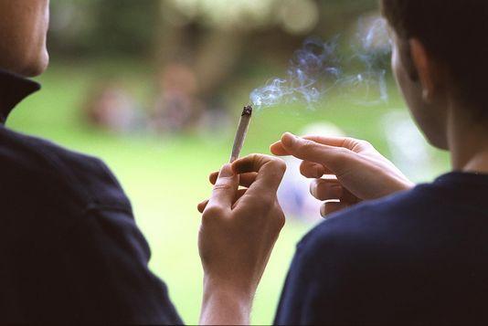 Une amende de 200 francs serait perçue pour toute personne prise en flagrant délit de consommation de cannabis. [Martin Ruetschi - Keystone]