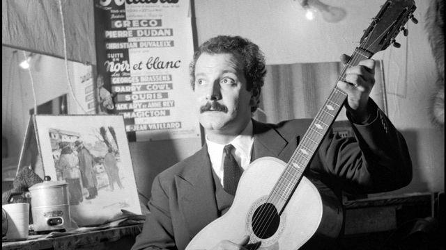 Le chanteur français Georges Brassens dans sa loge. [Staff - AFP]