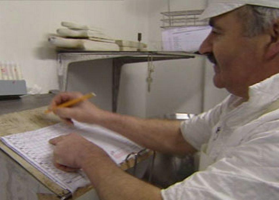Michel Beroud contrôle scrupuleusement la qualité de son lait