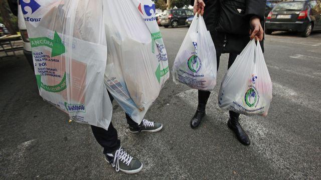 Les consommateurs italiens utilisant des sacs biodégradables après l'interdiction de sacs plastiques en Italie entrée en vigueur le 3 janvier 2010. [Alessandro Di Meo - Keystone]