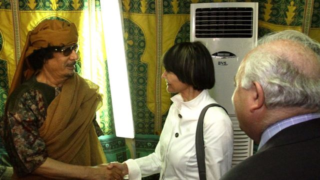 Micheline Calmy-Rey et Kadhafi en 2010. [Sabri Elmhadwi  - Keystone]