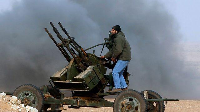 Les rebelles ripostent aux bombardements des forces pro-Kadhafi dans une bataille près de Ras Lanuf. [Goran Tomasevic - Reuters]