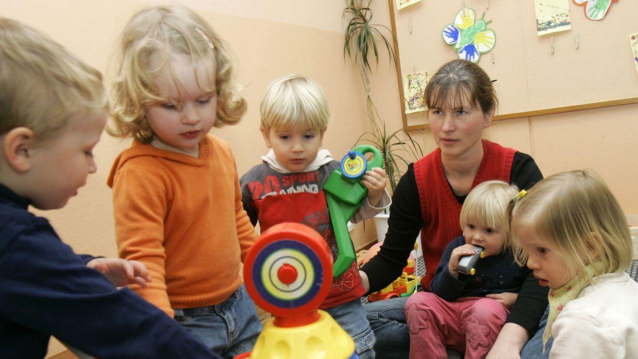 Les deux tiers des enfants sont accueillis à la journée et 32% à la demi-journée. [Keystone]