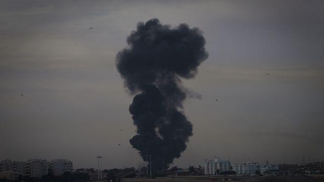 Un avion de combat a été abattu et est tombé sur la ville de Benghazi. [Anja Niedringhaus - Keystone]