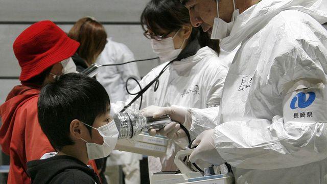 22 mars 2011, à Koriayama, région de Kukushima. Contrôle de radiation sur un jeune garçon.  [Go Takayama - AFP]