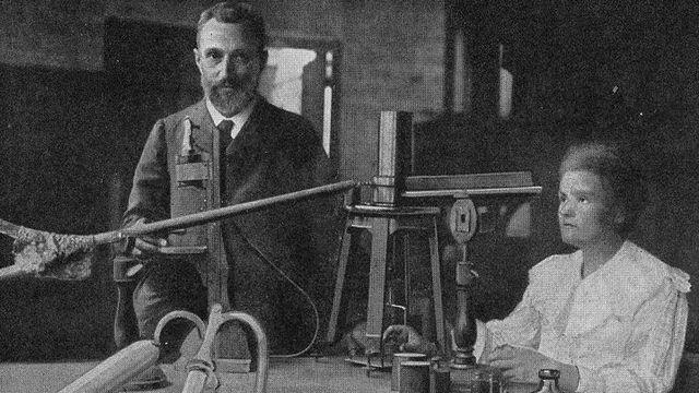 Pierre et Marie Curie dans leur laboratoire de fortune de l'École de Physique et de Chimie [Wikimédia.]