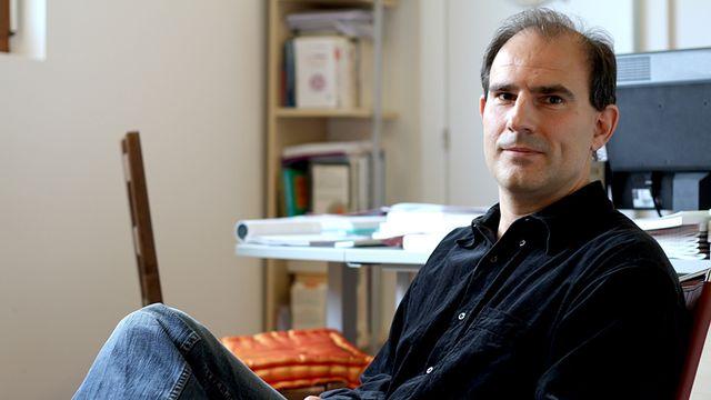 Yves Alexandre Thalmann, docteur en psychologie et auteur de nombreux ouvrages qui parlent de nos sentiments et de développement personnel. [Vincent Veillon - RTS]