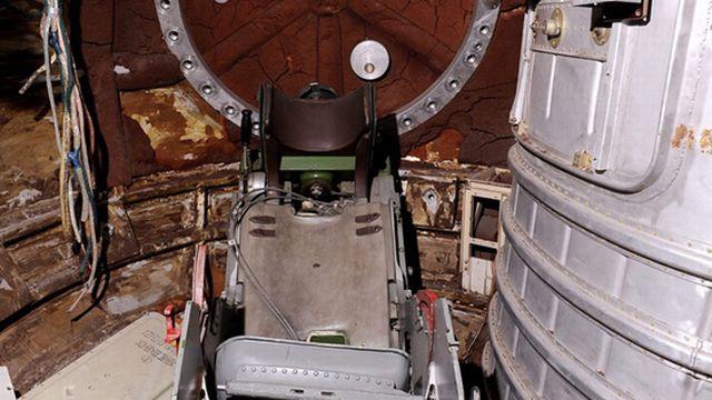 La prochaine étape est une évidence: il faut envoyer un homme dans l'espace... Et le récupérer vivant. Ce sera chose faite le 12 avril 1961 avec Youri Gagarine. Lors de son vol retour, le premier cosmonaute de l'Histoire pénètre l'atmosphère terrestre dans une capsule - dont on voit ici l'intérieur - avant de se larguer en parachute à l'altitude de 7'000 mètres.  [Keystone]