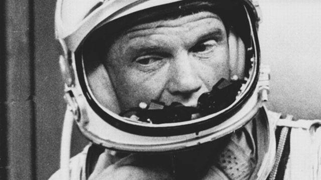 En février 1962, quelques mois seulement après leurs collègues russes, c'est au tour des Américains d'envoyer pour la première fois un de leurs concitoyens dans l'espace. Il s'agit de John Glenn, qui effectue ce jour là sept révolutions autour de la planète avant de rentrer sur Terre.  [Keystone]