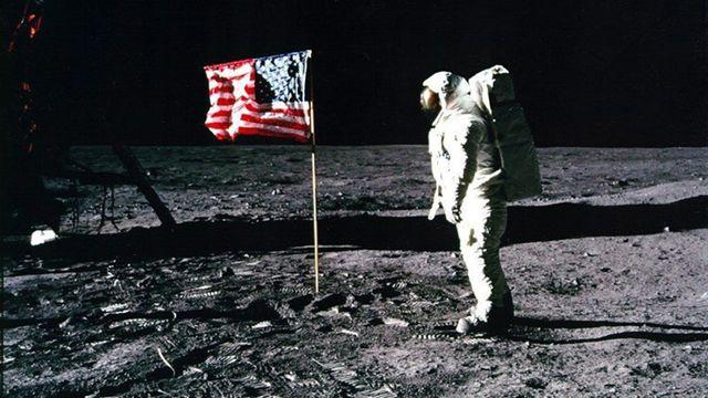 """Le 16 juillet 1969, quelques mois seulement avant la date butoir annoncée par le président Kennedy sept ans plus tôt, la lune est conquise. Les cosmonautes Neil Armstrong, Michael Collins et Buzz Aldrin (en photo) accomplissent, selon la célèbre formule """"un petit pas pour l'homme mais un grand pas pour l'humanité"""". Le succès de la mission Apollo 11 éclipsera quelque peu les suivantes qui s'étaleront jusqu'à 1972.  [Keystone]"""