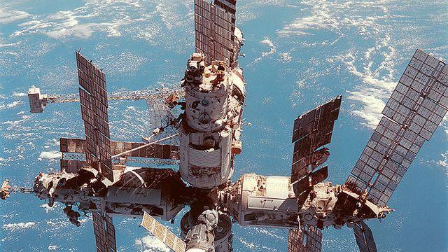 Une fois la lune atteinte, la course à l'espace perd de sa vigueur et les deux superpuissances redéfinissent leur programme spatial. En 1971, les Russes envoient la station spatiale Soyout 1 en orbite. Les Américains les imitent deux ans plus tard avec Skylab. En 1986, c'est Mir (photo) qui est lancée. Elle restera en orbite jusqu'à 2001. Aujourd'hui, l'immense (plus de 340 tonnes) ISS est la dernière station spatiale en activité au-dessus de nos têtes.  [Nasa]