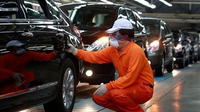 Un ouvrier chez Nissan mesure la radioactivité sur les véhicules produits à l'usine de Sanyi. [Reuters]