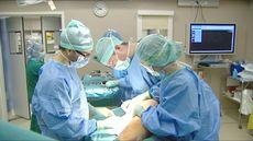 Intervention chirurgicale sur le mollet d'une femme atteinte d'un cancer de la peau.  [DR]