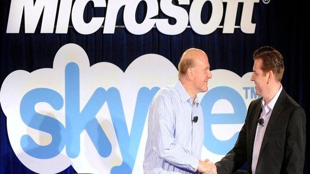 La poigné de main entre le CEO de Microsoft Steve Ballmer et Tony Bates, de Skype. [Susana Bates - Reuters]