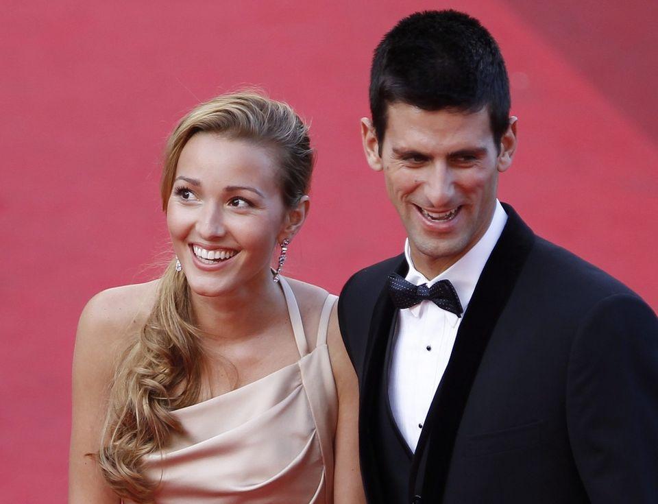 Djokovic a fait un petit détour par Cannes pour fouler le tapis rouge en compagnie de sa charmante amie. [Guillaume Horcajuelo - Keystone]