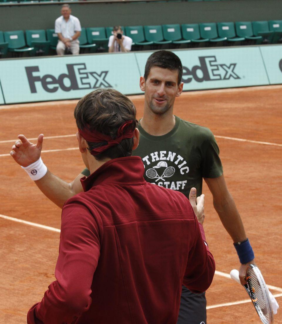 """Djokovic très détendu avant d'aborder les Internationaux de France, n'a pas manqué de saluer cordialement """"RF"""". [Christophe Ena - Keystone]"""